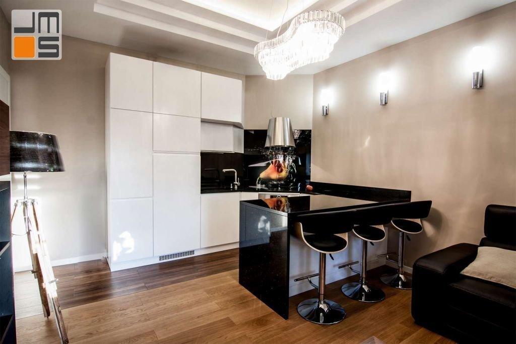 Pomysł na niewielką kuchnie w luksusowym wnętrzu salonu