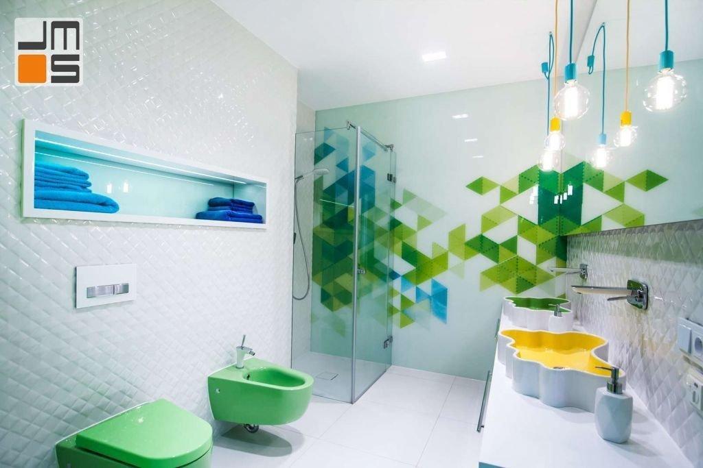 Nowoczesna kolorowa łazienka Pomysł na lampy wiszące w łazience