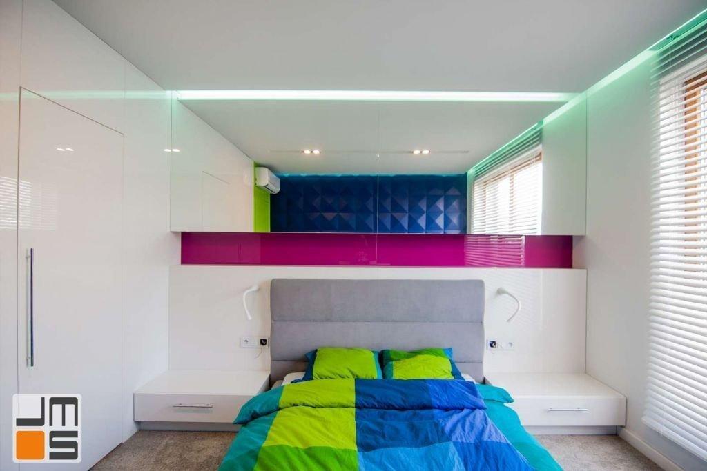 Pomysł na wykończenie ścian w sypialni Zabudowa meblowa nad łóżkiem