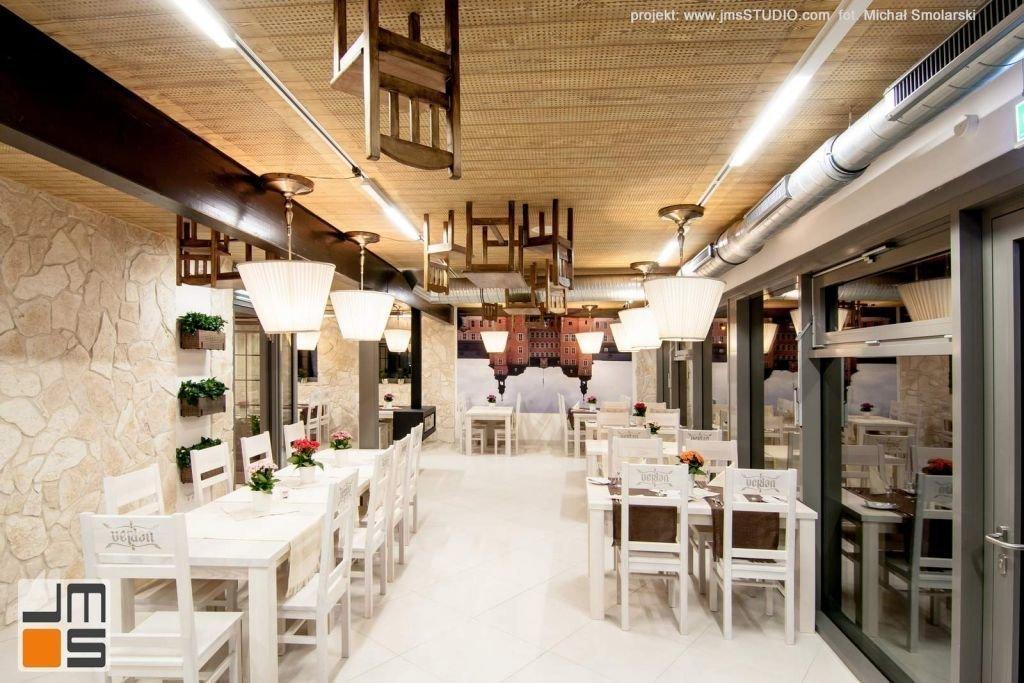 2016 09 jmsstudio 11 projekt wnetrz restauracji krakow kamienna sciana i jasne meble drewniane we wnetrzu
