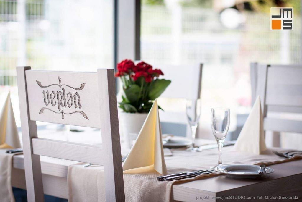 2016 09 jmsstudio 19 projekt wnetrz restauracji krakow jasna elegancka dekoracja stolikow i krzesla z logo restauracji