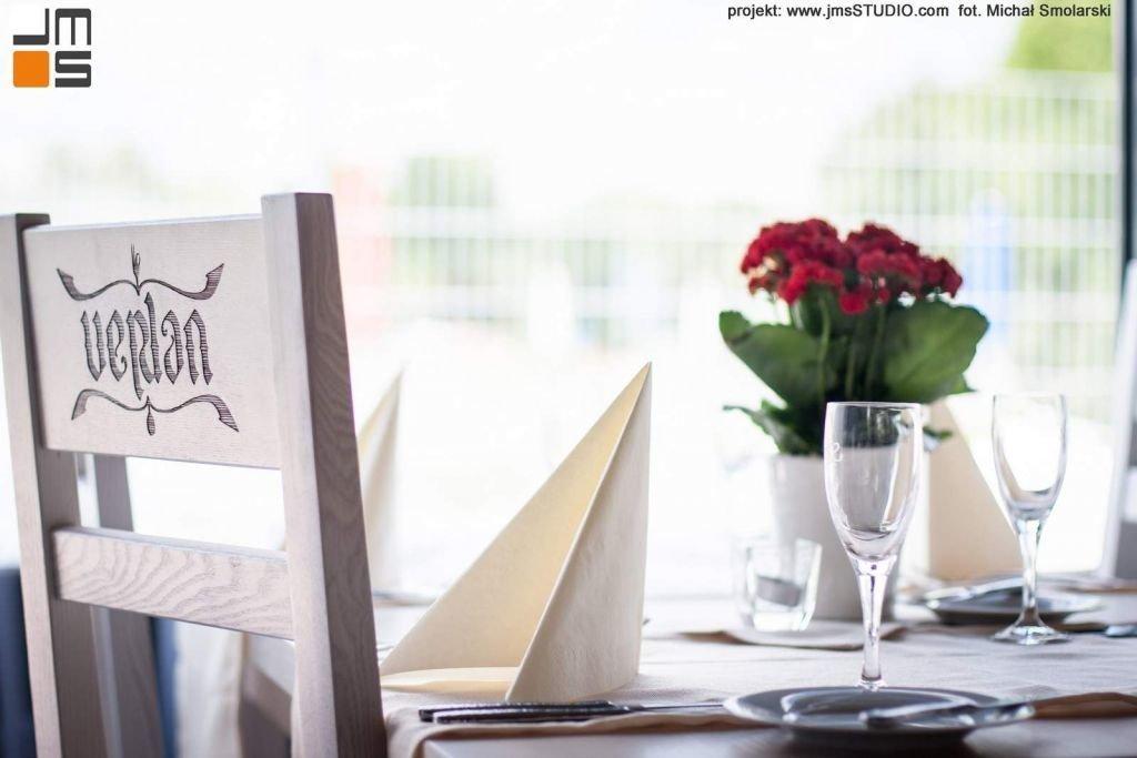 2016 09 jmsstudio 20 projekt wnetrz restauracji krakow w aranzacji wnetrz zaprojektowano krzesla jesionowe z logo na zamowienie bielone