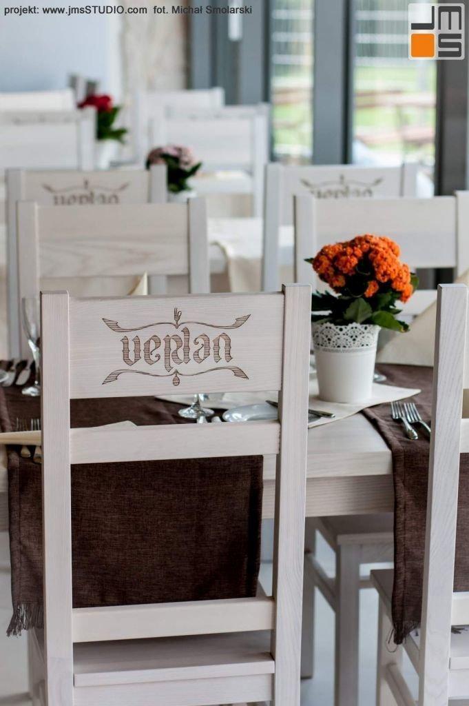 2016 09 jmsstudio 24 projekt wnetrz restauracji krakow stoly drewniane bielony wykonane na zamowienie pod projekt wnetrz