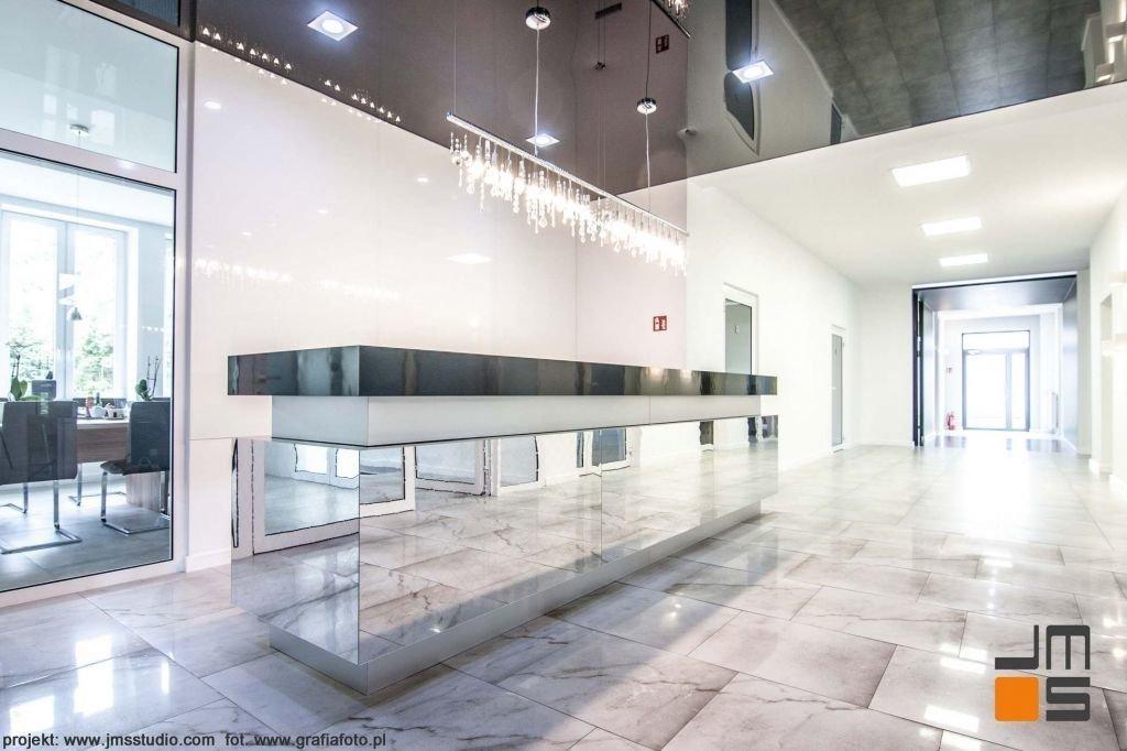 Bardzo nowoczesne minimalistyczne wnętrze holu biurowego z kryształowym żyrandolem