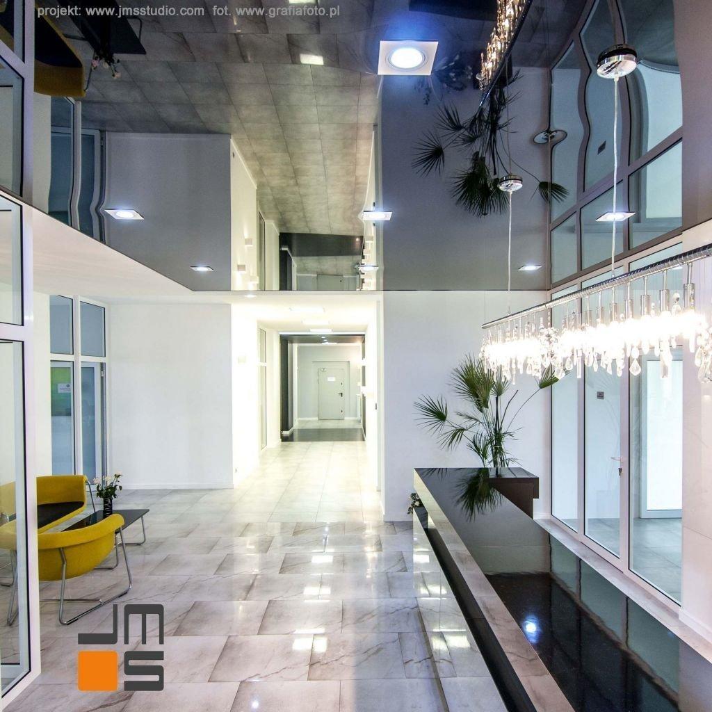 barizol na suficie, lustro na suficie daje niepowtażrlny ciekawy pomysł na sufit we wnętrzu biura