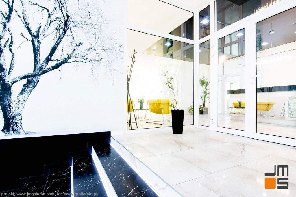 czarny marmur na podłodze klatki schodowej w nowoczesnych wnętrzach biurowych