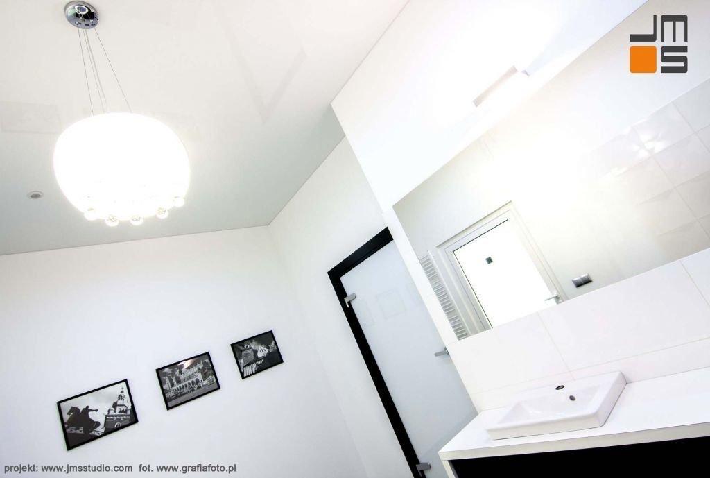 elegancka łazienka w białym kolorze , jazsne bałe płytki i biała ceramika sanitarna
