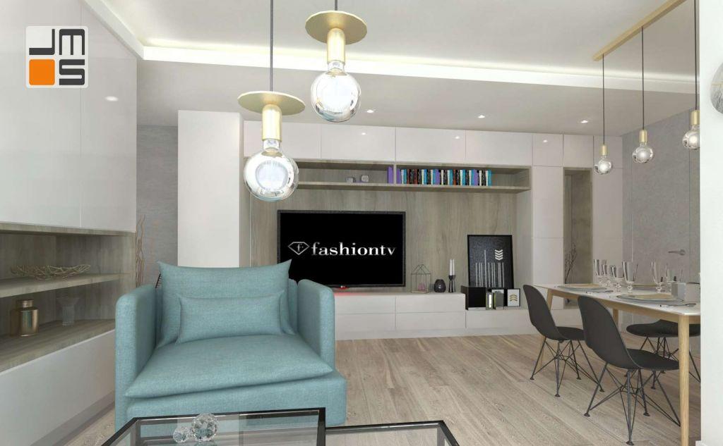 Zabudowa pod telewizor w salonie jest neutralnym tłem dla designerskich lamp z mosiądzu.