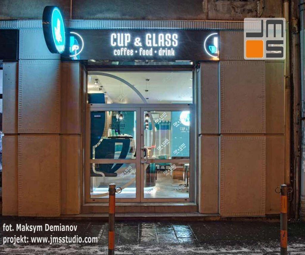 Efektowna witryna kawiarni z nowoczesnym wnętrzem w Krakowie