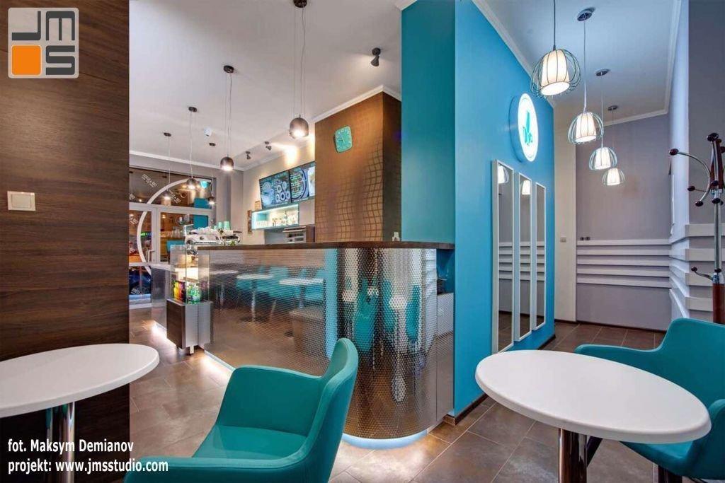 Lustro w nowoczesnym wnętrzu kawiarni w Krakowie stanowi ciekawy akcent