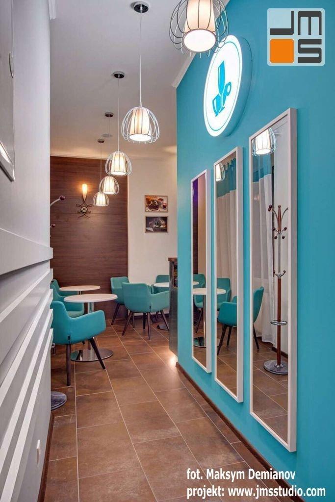 Ciekawe lampy z drutu i siatki stanowią ciekawy akcent we wnętrzu kawiarni