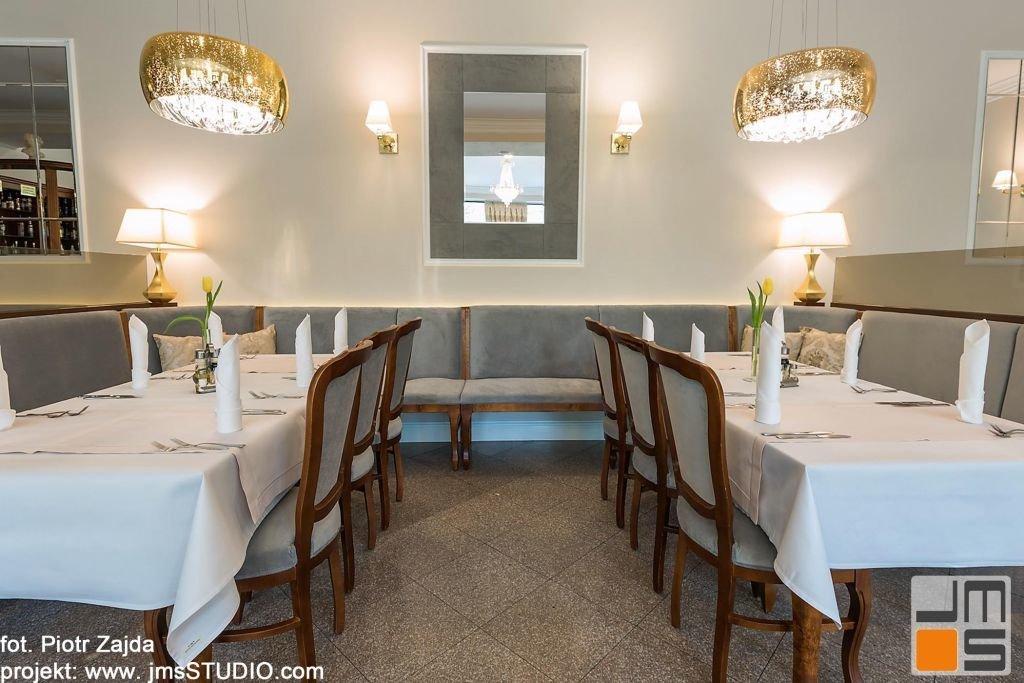 Szara tapicerka jest bardzo dobrym kolorem dla ciepłego drewna i klasycznego wnętrza