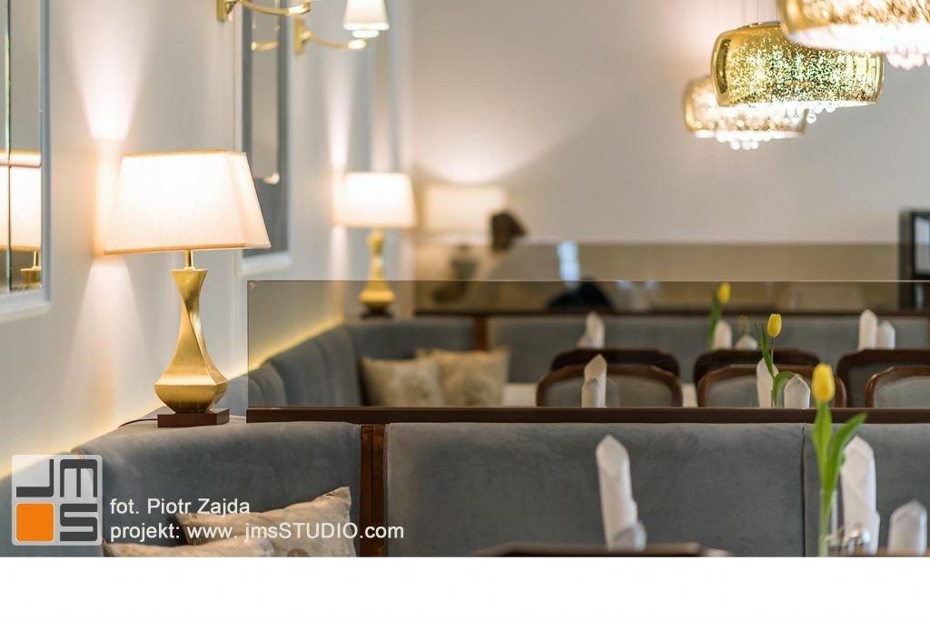 Ciekawy pomysł na lampę dekorazyjną w kolorze złotym do lozy w restauracji