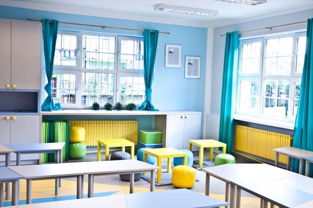Kolorowe wnętrze zaprojektowano w nim jako wiodący kolor turkusowy który nadaje atrakcyjny wygląd klasie w szkole podstawowej