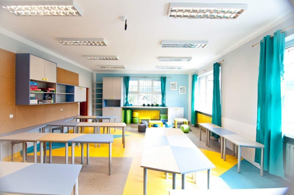 Ciekawe ławki wielofunkcyjne zostały zaprojektowane w projekcie wnętrz klasy w szkole podstawowej