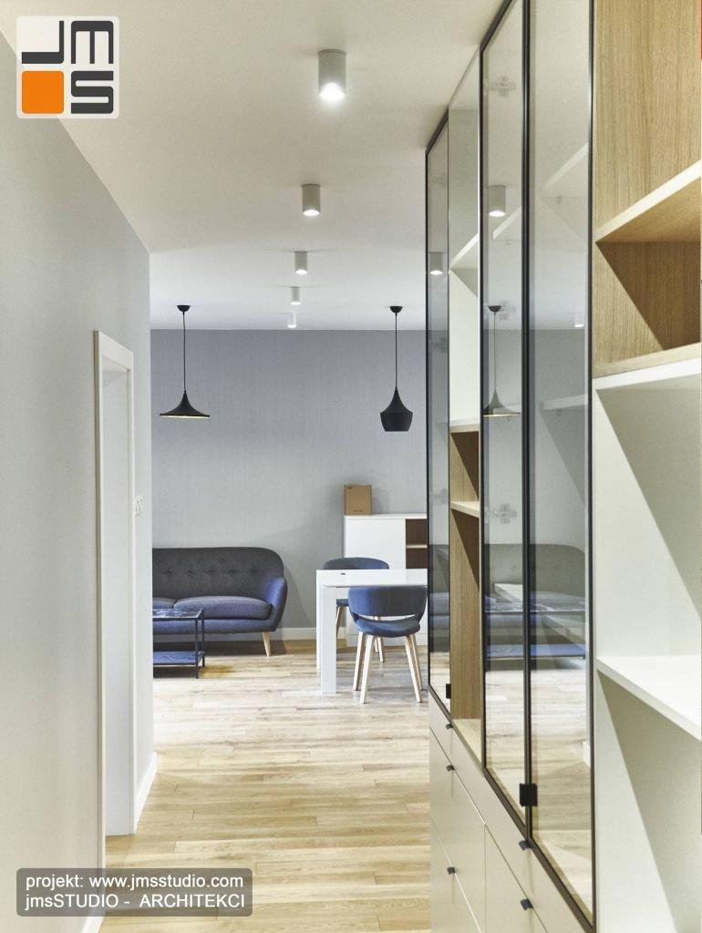 Z holu otwiera sie widok na część dzienną małego mieszkania w Krakowie