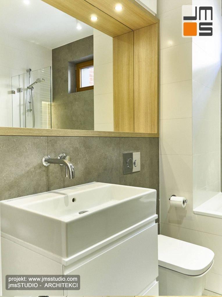Drewniane meble łazienkowe na zamówienie wykonane w wysokiej jakości lakieru w kolrze białym to świetny pomysł na wyposarzenie małej łazienki w mieszkaniu