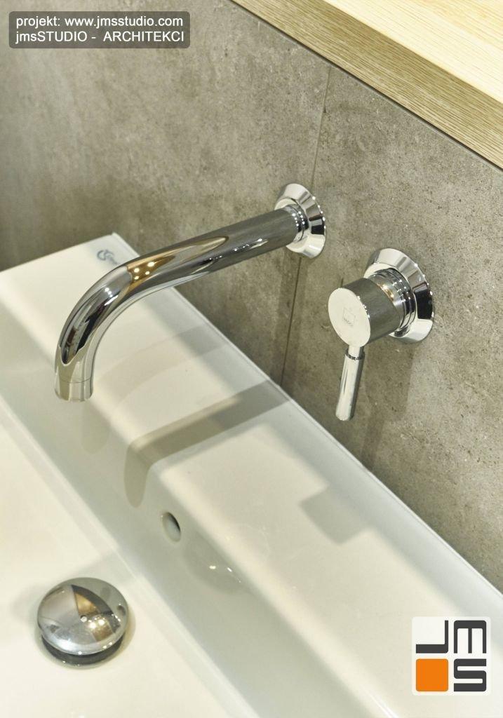 Designerska armatura i ceramika w łazience w szarej kolorystycze