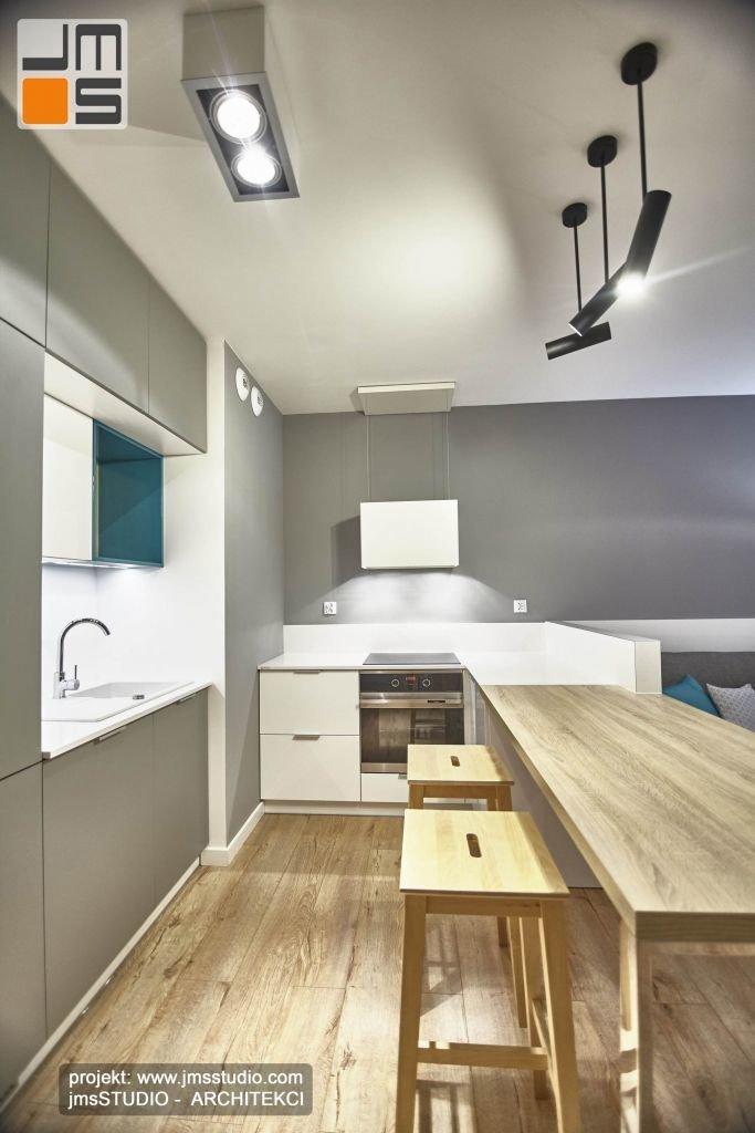 czarne regulowane lampy punktowe są akcentem we wnętrzu kuchni w mieszkaniu w Krakowie