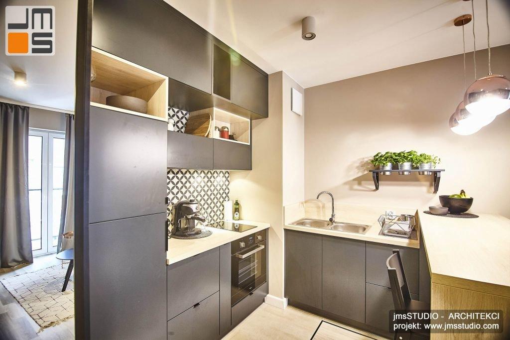Zielone zioła w stalowych donicach w projekcie wnętrz kuchni w stylu Soft Loft w kolorach szarości, to ciekawy dodatek bardzo ożywiający spokojne wnętrze