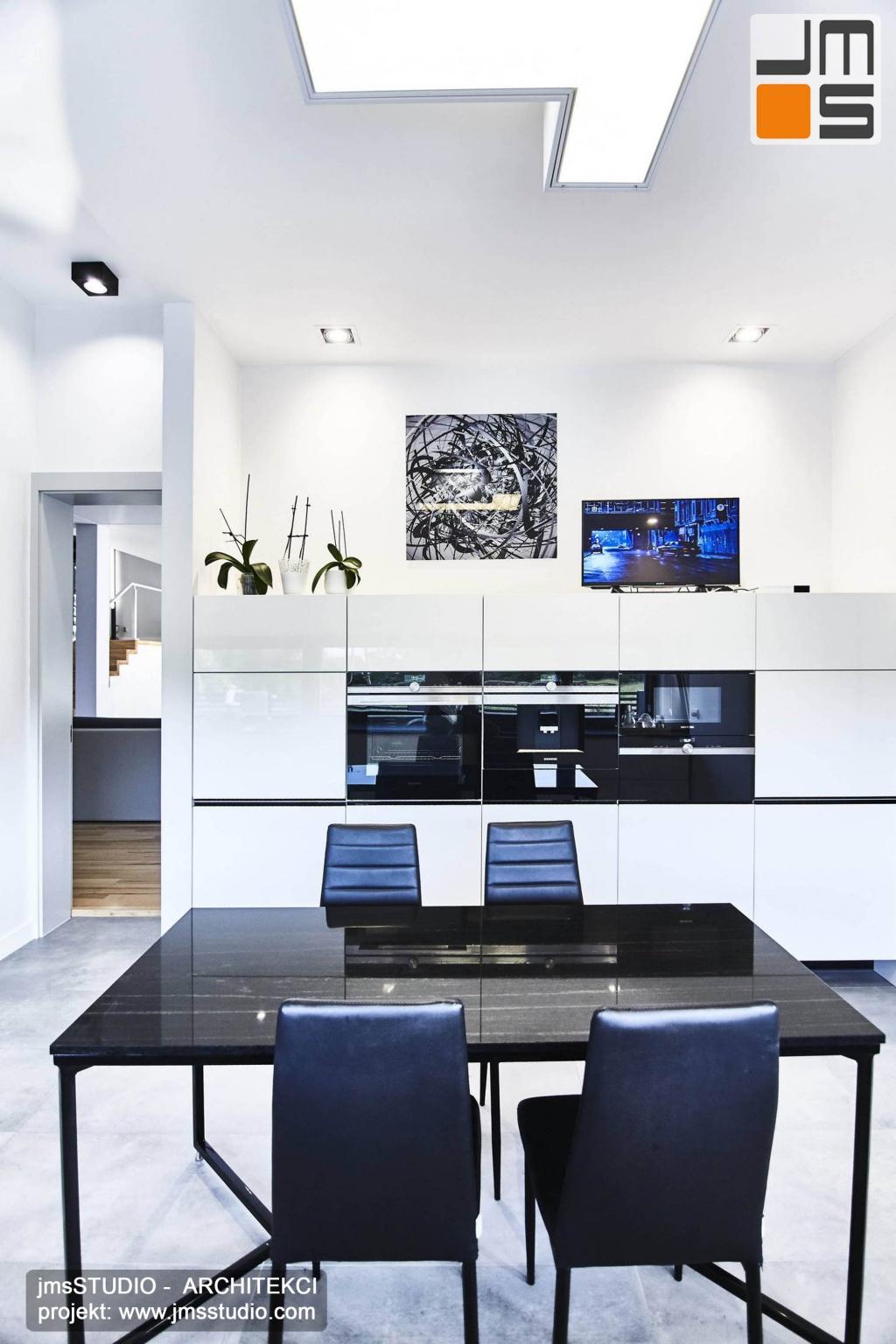 2018 06 bardzo mocnym akcentem w projekcie wnętrz nowoczesnej kuchni pod Poznaniem jest czarny kamienny stół na delikatnych stalowych czarnych nogach kontrastujący z jasnymi wnętrzami