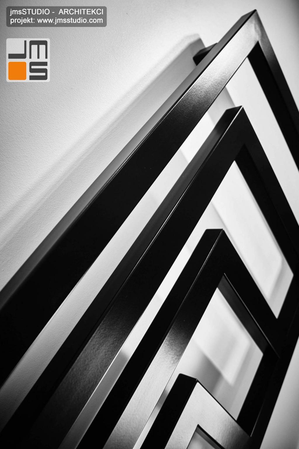 2018 06 grzejnik w kolorze czarnym o ciekawej formie może być pomysłem na akcent w projekcie wnętrz nowoczesnej prostej łazienki pod Poznaniem