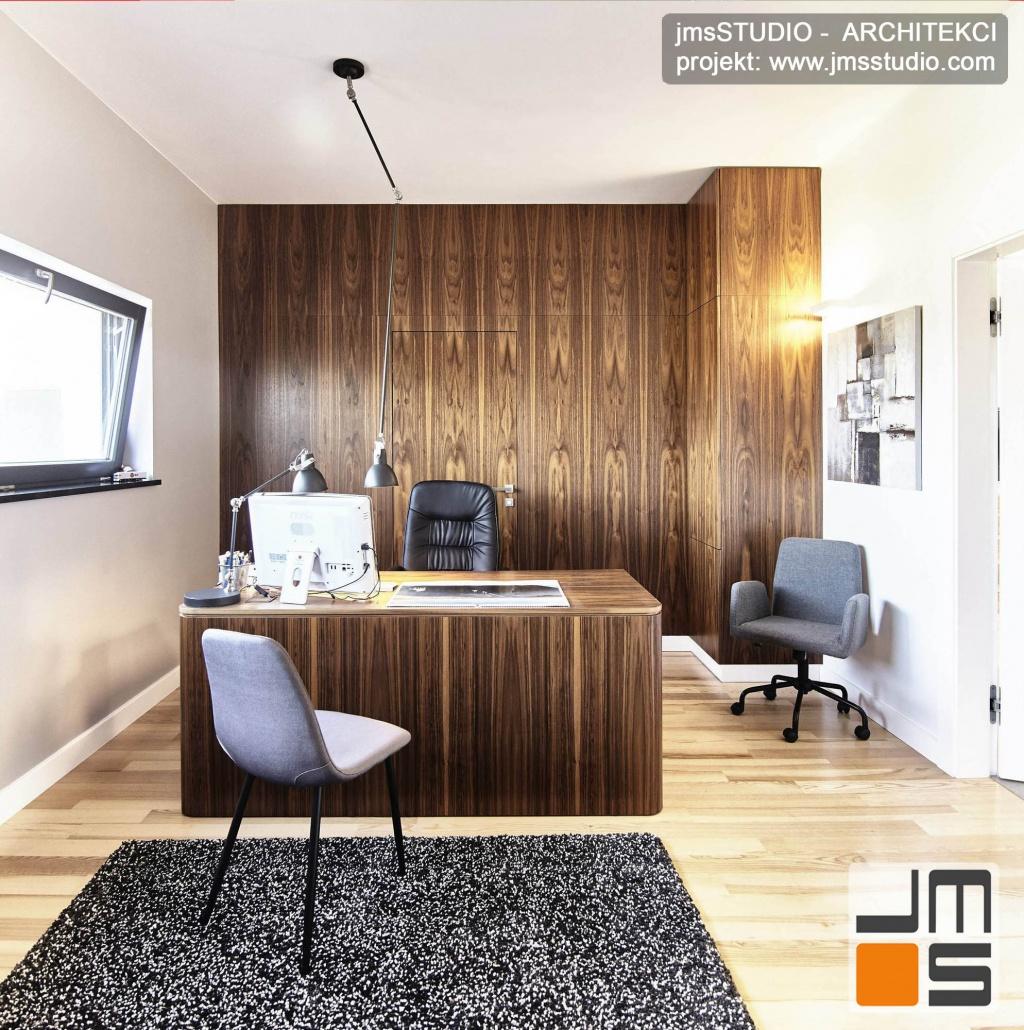 2018 06 projekt wnętrz gabinetu zakładał wykonanie biurka i ściany wykoińczonych tym samym fornirem z orzecha