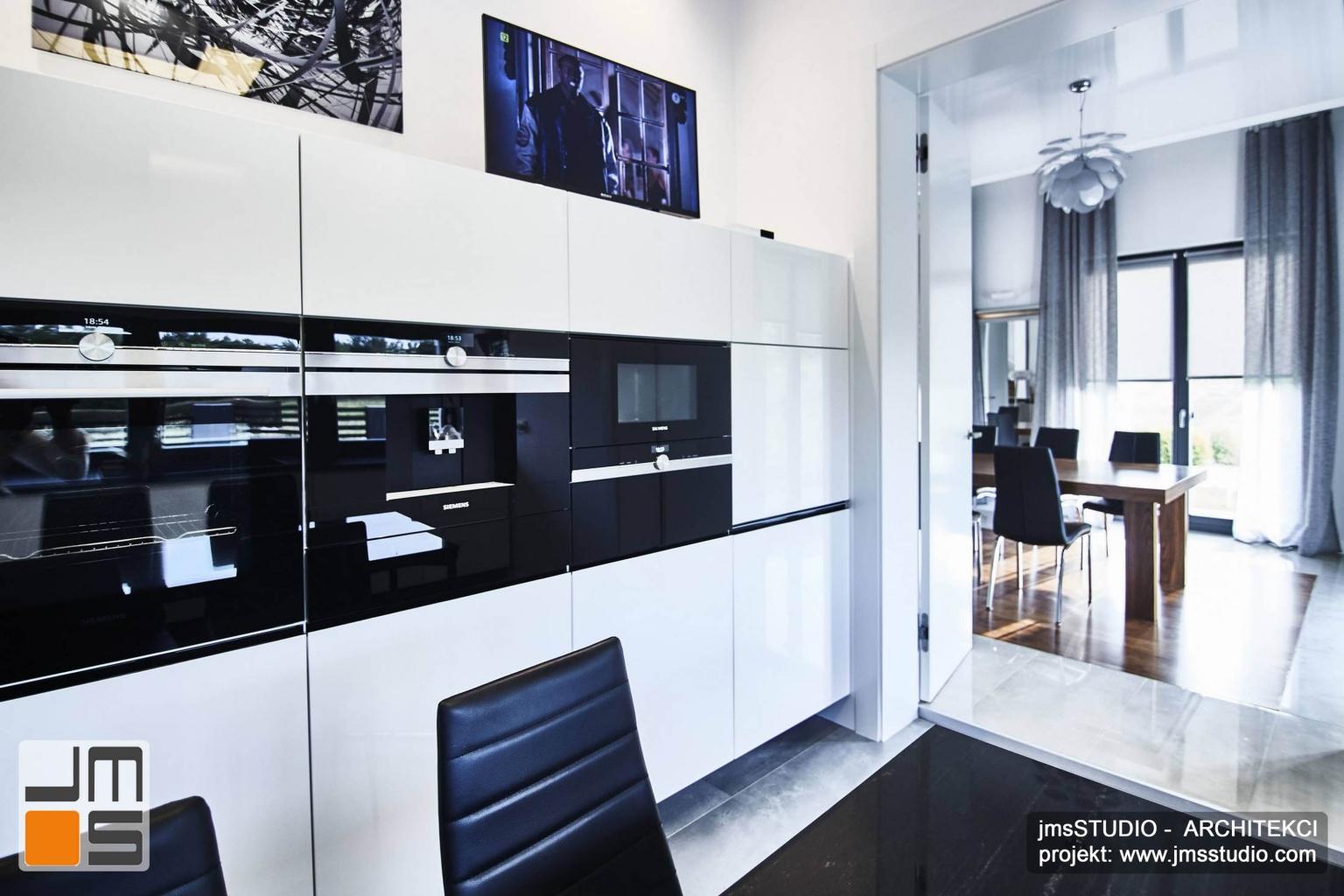 2018 06 projekt wnętrz prostej nowoczesnej kuchni w białym kolorze z przejściem do jadalni