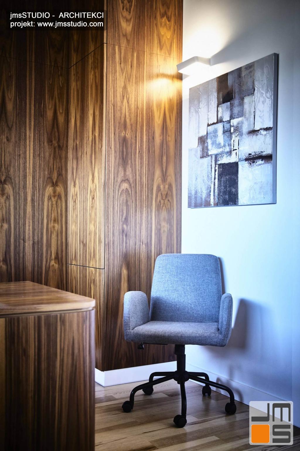 2018 06 szary fotel biurowy i szaro czarny obraz grafika podświetlony na ścianie bardzo dobrze komponują się w projekcie wnętrz nowoczesnego gabinetu