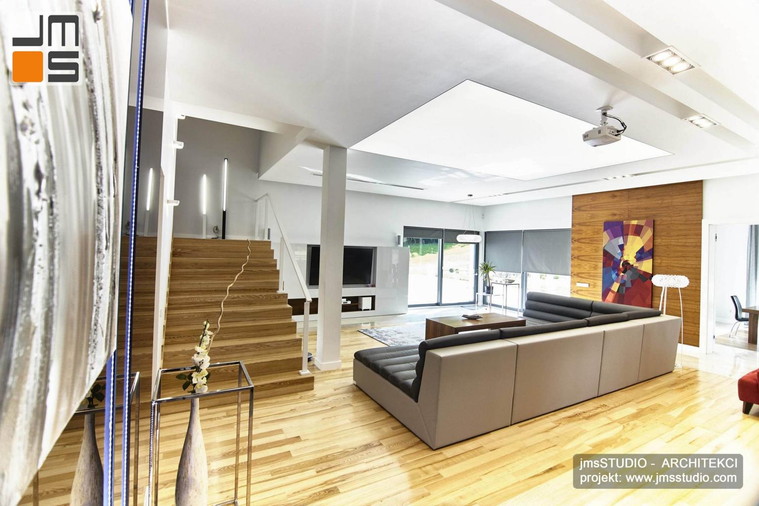 2018 06 w bardzo dużym salonie domu pod Poznaniem w projekcie wnętrz przewidziano dekoracyjne grafiki i obrazy jako elementy wystroju