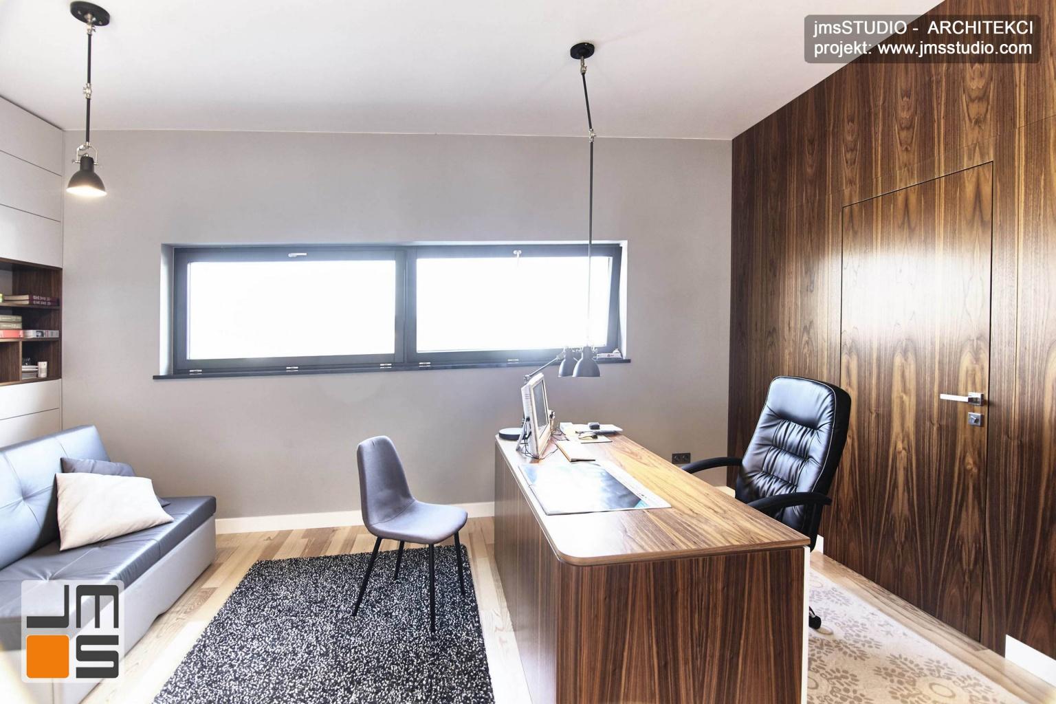 2018 06 w projekcie wnętrz gabinetu zastosowano drewnianą ścianę fornirowaną z ukrytymi drzwiami