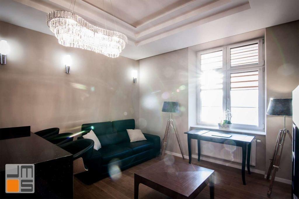 Pomysł na oświetlenie salonu oraz pomysł na sufit podwieszany w salonie