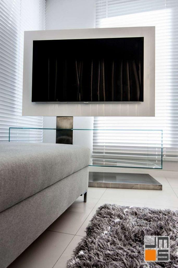 Szklana szafka pod telewizor Pomysł na szklaną szafkę pod telewizor