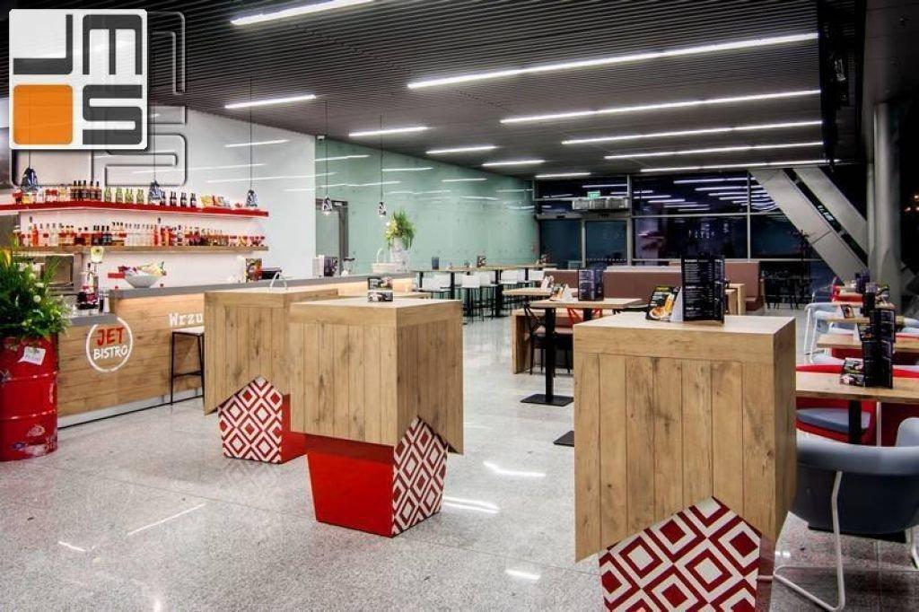 Aranżacja wnętrz restauracji w kolorystyce biało-czerwonej drewno w restauracji