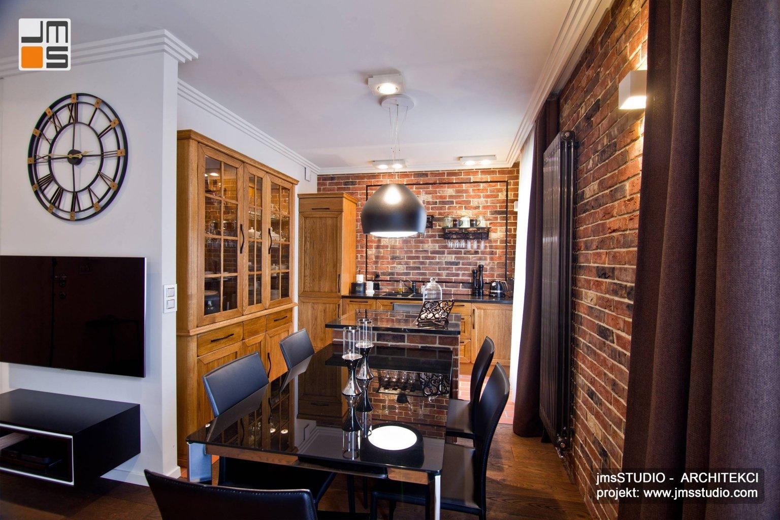 Projekt wnętrz kuchni w stylu rustykalnym z wyspą cegłą na ścianie i rustykalnym retro grzejnikiem na ścianie