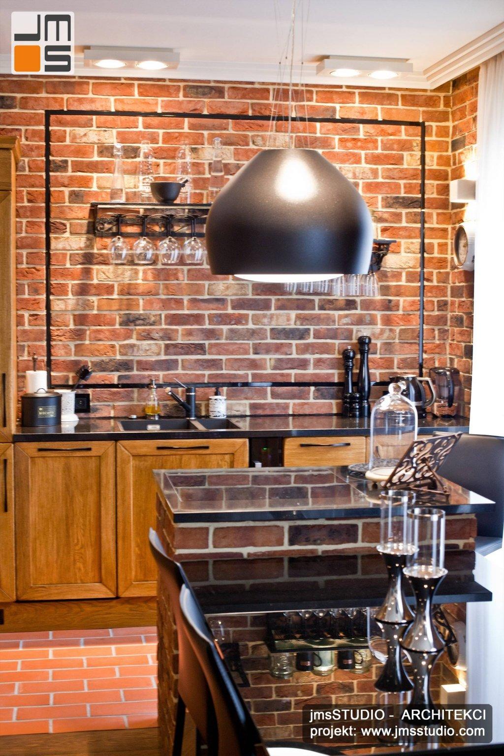 Bardzo ciekawy okap wiszący w kształcie kuli z nowoczesną lampą to projekt wnętrz kuchni z pochłaniaczem nad wyspa kuchenna z granitowy blat