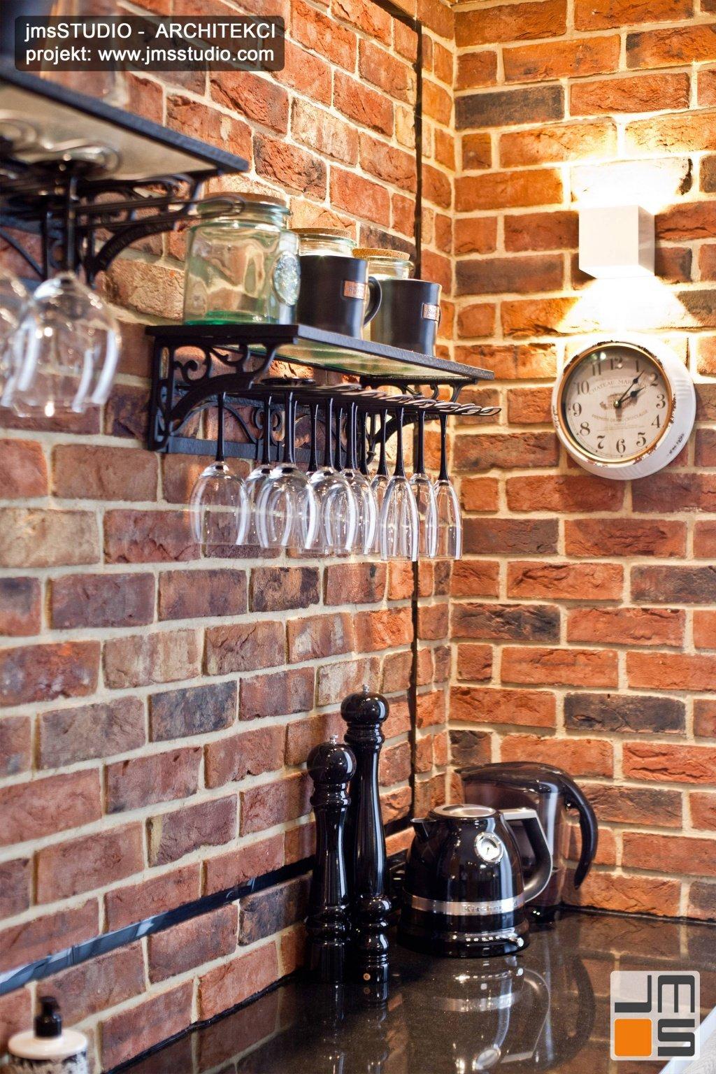 Cegła we wnętrzu to pomysł na projekt wnętrz ze ścianą dekorowaną cegła klinkierowa i zegar na ścianie w mieszkaniu Kraków