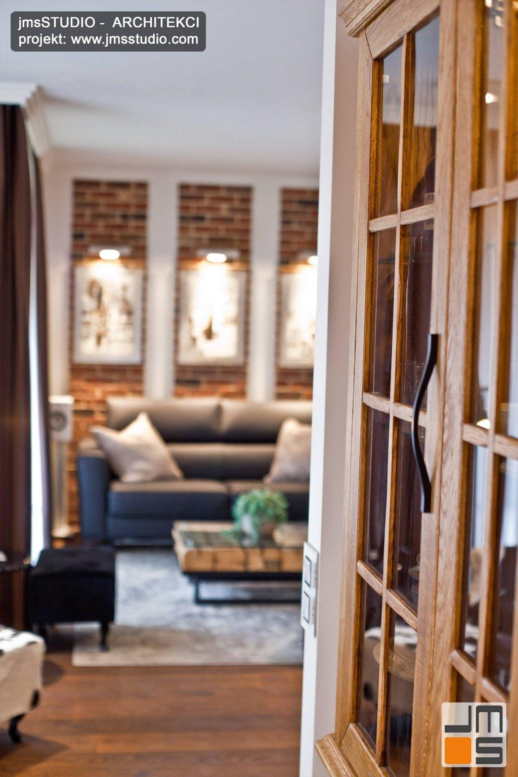 Elegancka klasyczna witryna z przeszkleniem z naturalny dąb w projekt wnętrz kuchni i jadalni w małym mieszkaniu w Kraków