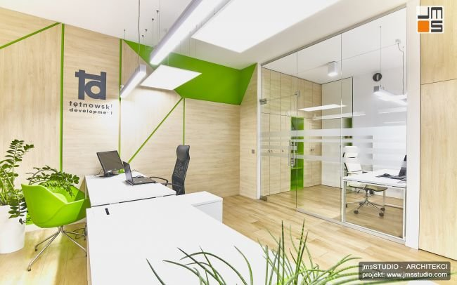 Projekt wnętrz biura nowoczesnej firmy w Krakowie to projekt aranżacji wnętrz biur z ciekawym pomysłem na drewno i grafikę we wnętrzu