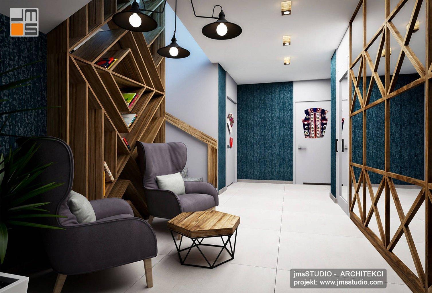 efektowna półka drewniana w przestrzeni holu przed toaletami w projekt wnętrz przez architekt Kraków