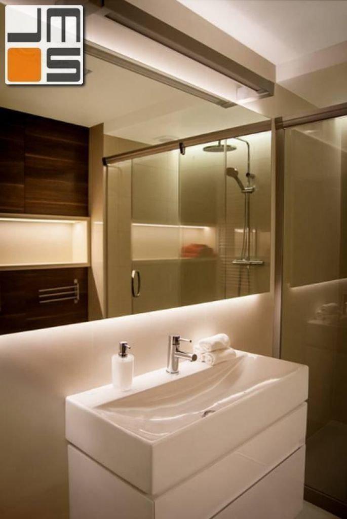 Pomysł na aranżację ściany z umywalką w niewielkiej łazience