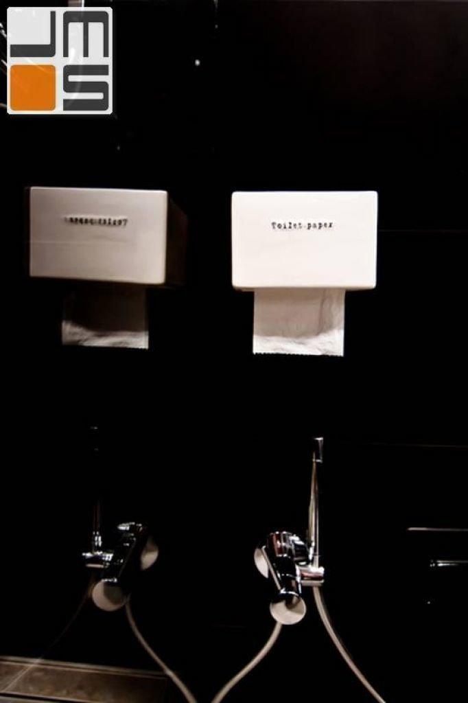 Pomysł na ciekawe akcesoria łazienkowe nowoczesny uchwyt na papier toaletowy
