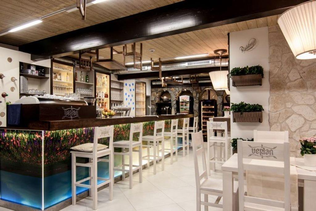 Pomysłowe wnętrze restauracji pomysł na wykończenie sufitu restauracji