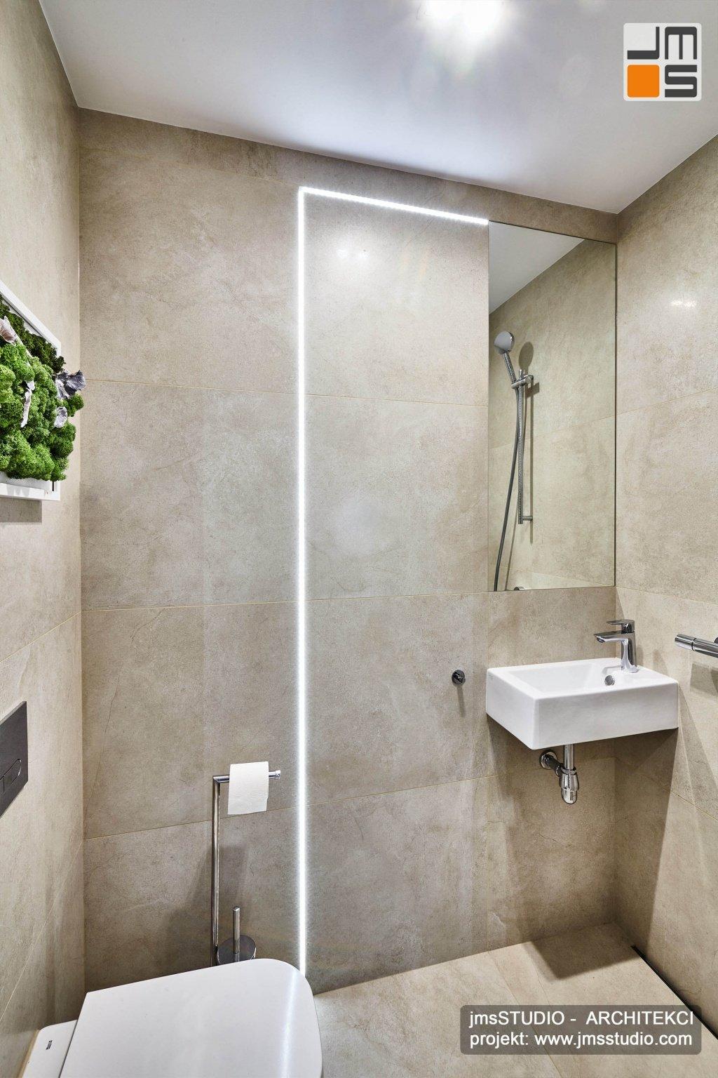 Pomysł na aranżację wnętrz bardzo małej łazienki z prysznicem bez kabiny - mikro łazienka z prysznicem