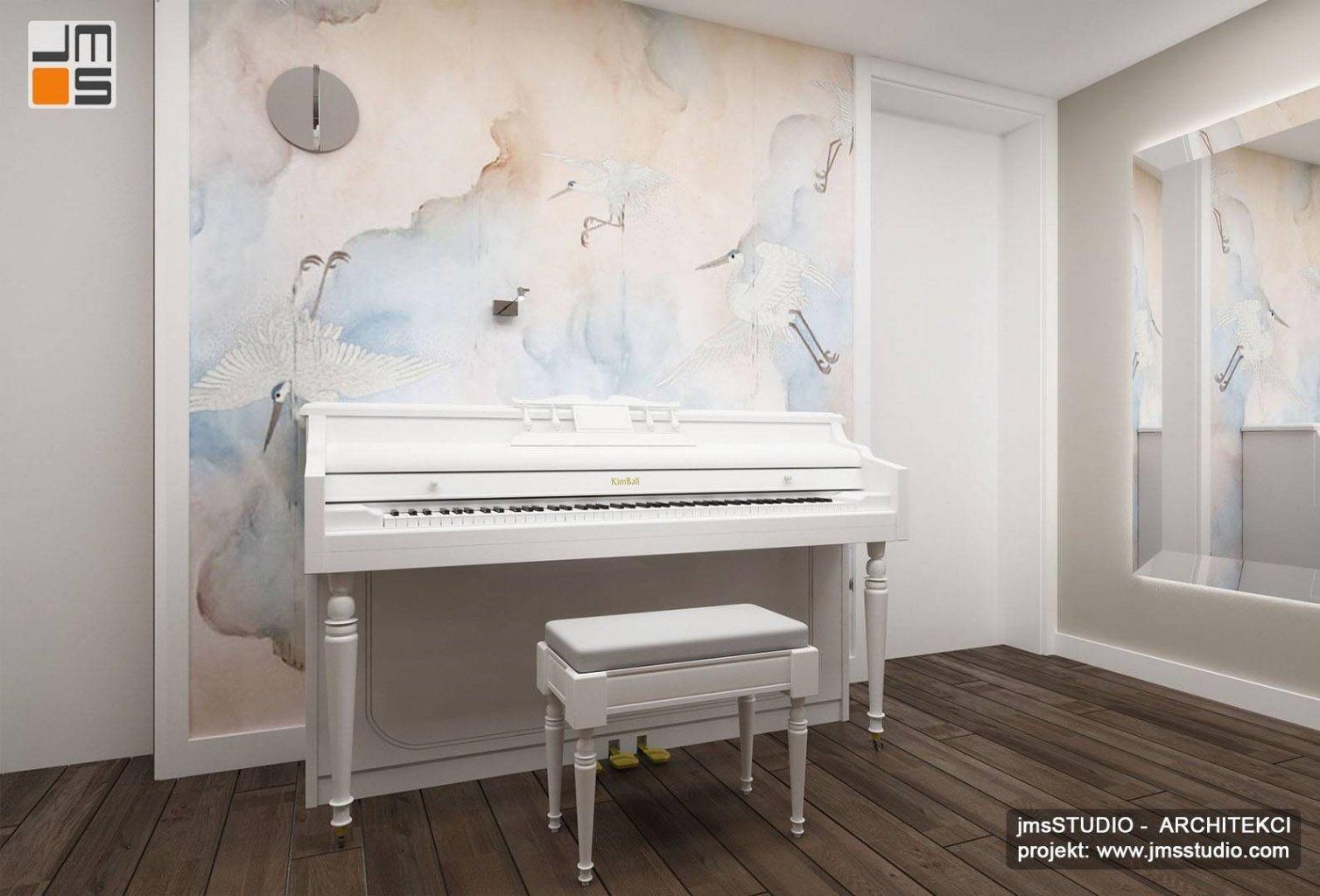 Projekt wnętrz holu z pianinem i tapetą z wydrukiem wzoru nieba z ptakami i dużym lustrem to pomysł na wnętrze