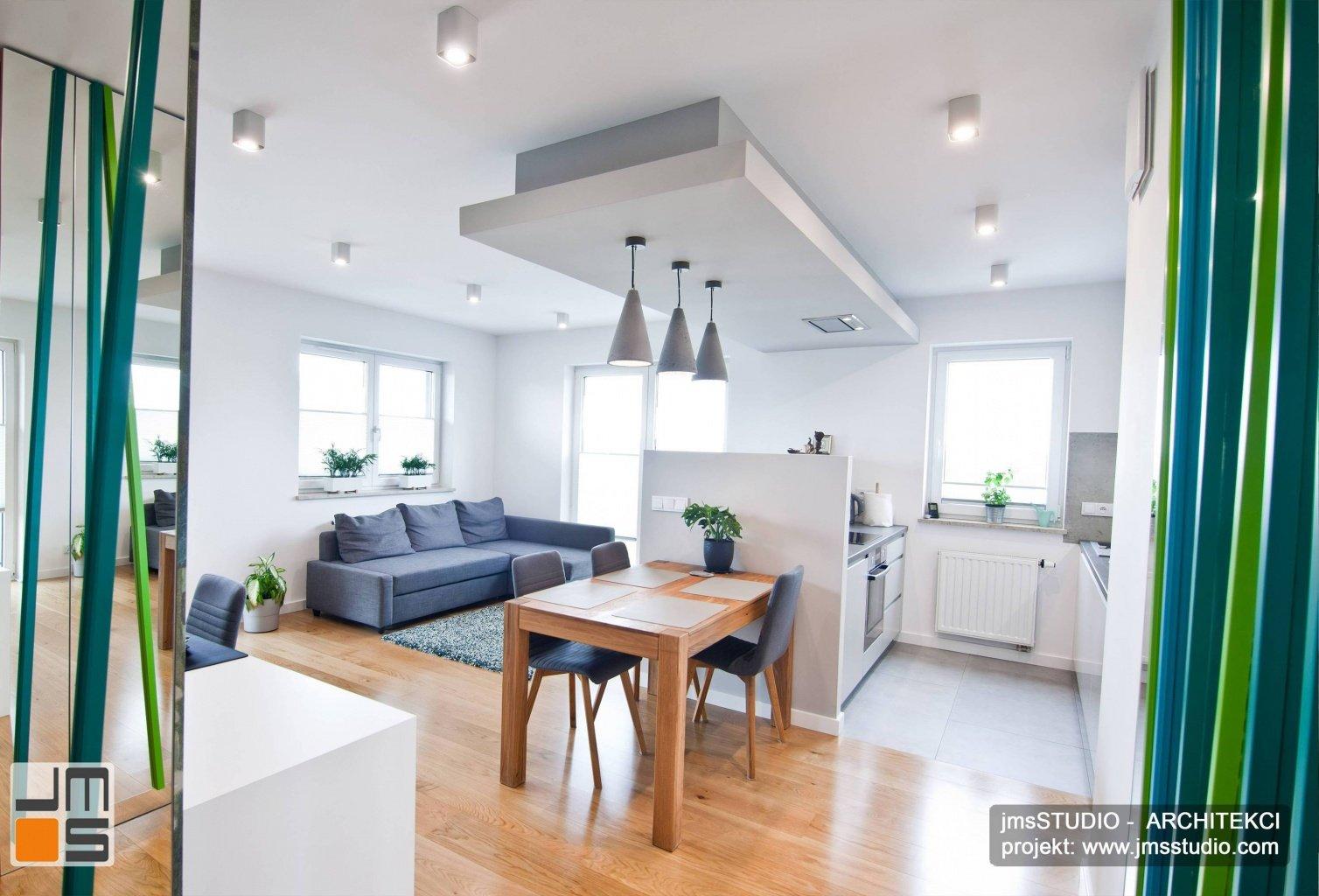 designerskie betonowe lampy w jadalni z drewniany stół w małe mieszkanie projekt