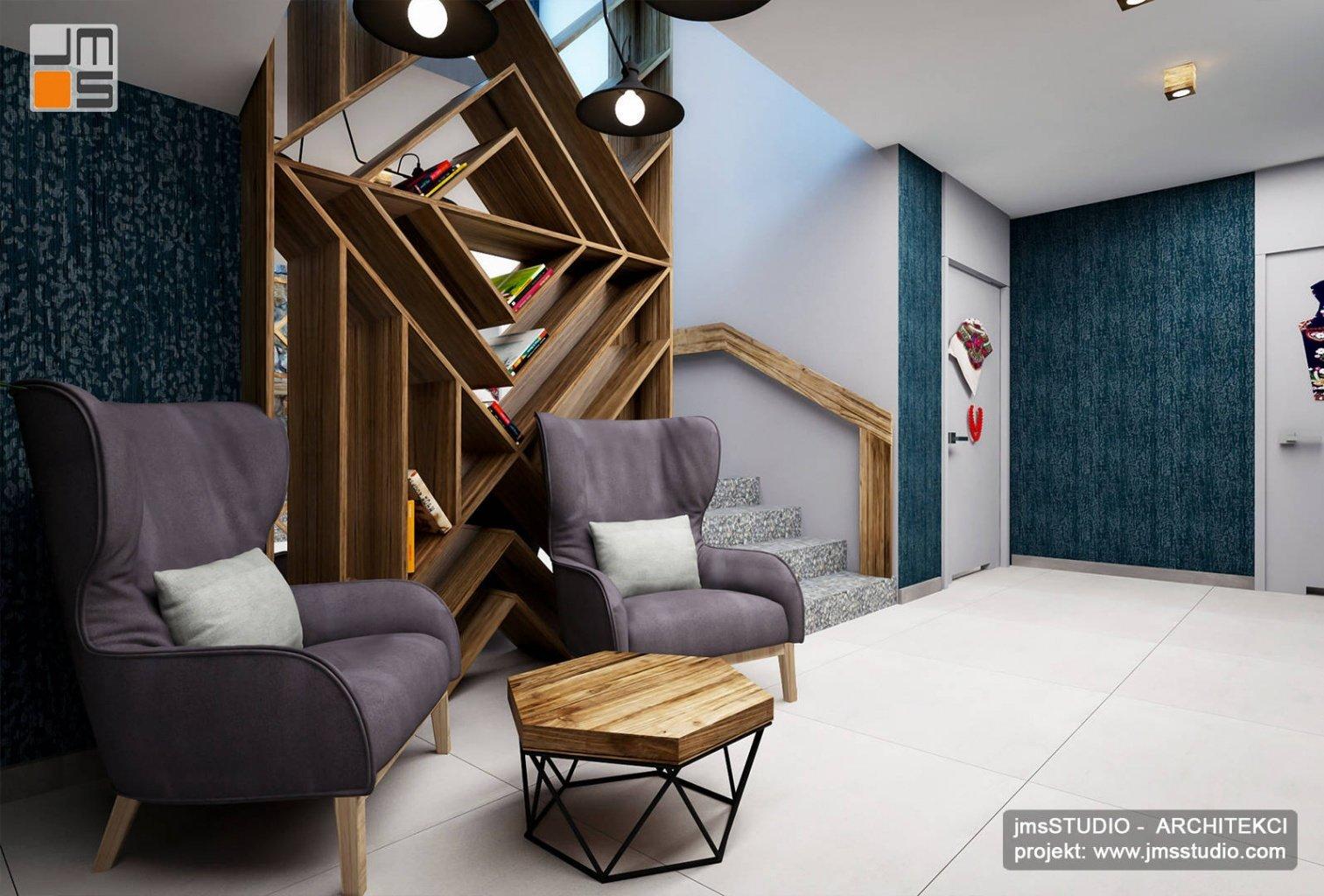 dekoracyjne półki drewniane jako dekoracja wnętrza i ściany z lustra w restauracji
