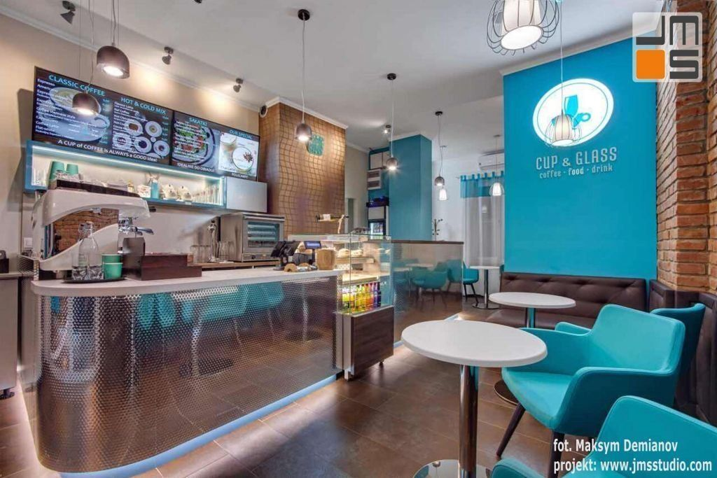 Projekt wnętrz nowoczesnej kawiarni w Krakowie z zastosowaniem luster, drewna i turkusowych dodatków