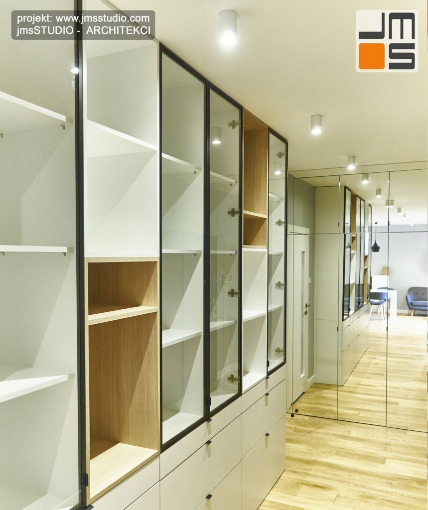 dwie bardzo duże szafy we wnętrzu holu wejściowego, jedna na ubrania i składowanie a druga biblioteka na książki