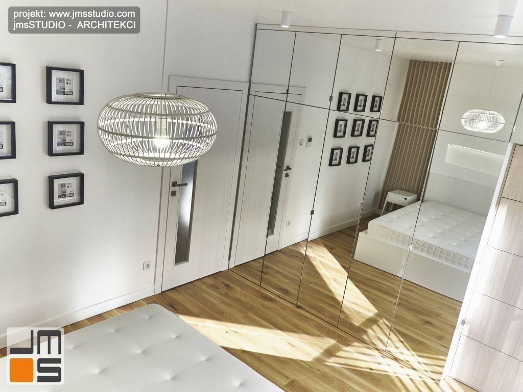 cała ściana lustrzanych frontów dwukrotnie powiększa wizualnie przestrzeń sypialni a za nią ukryta jest bardzo pojemna szafa